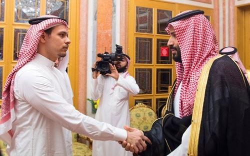 Thái tử Ả Rập Saudi Mohammed bin Salman (phải) gặp người nhà của nhà báo Jamal Khashoggi tại Riyadh hôm 23-10. Ảnh: REUTERS