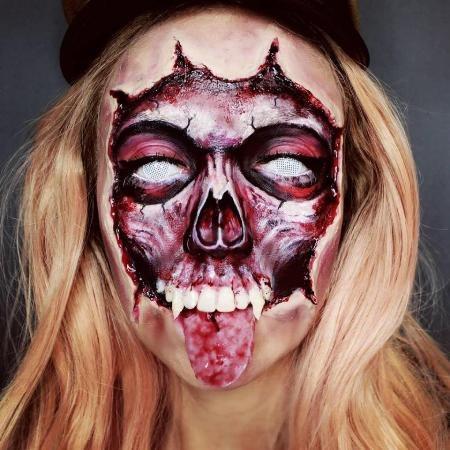 Hộp sọ Halloween của Julia Wunderlich được hoàn chỉnh với một chiếc lưỡi giả