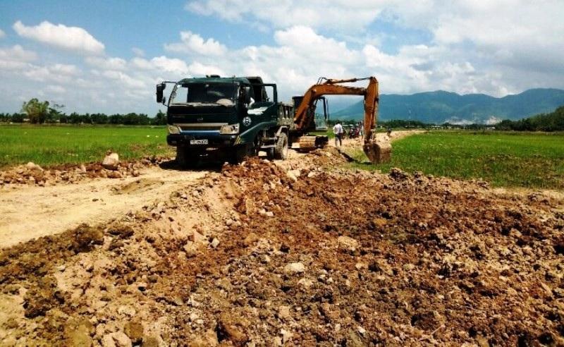 Doanh nghiệp ngang nhiên múc ruộng, khoét núi lấy đất trái phép tại Bình Định - Ảnh 1.