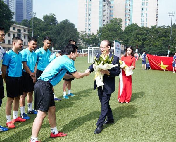 Ông Nguyễn Tất Thắng - Phó Tổng Giám đốc thường trực Tập đoàn kiêm thành viên HĐQT Tập đoàn T&T Group tặng hoa cho các cầu thủ tham dự giải đấu