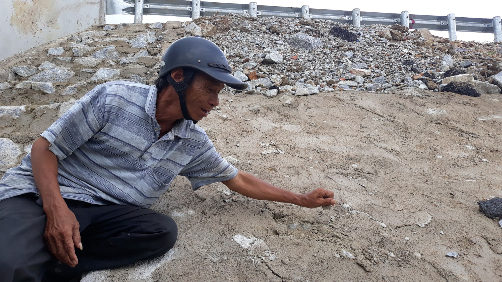 Cao tốc Đà Nẵng - Quảng Ngãi: Bê tông mái taluy vỡ vụn - Ảnh 2.