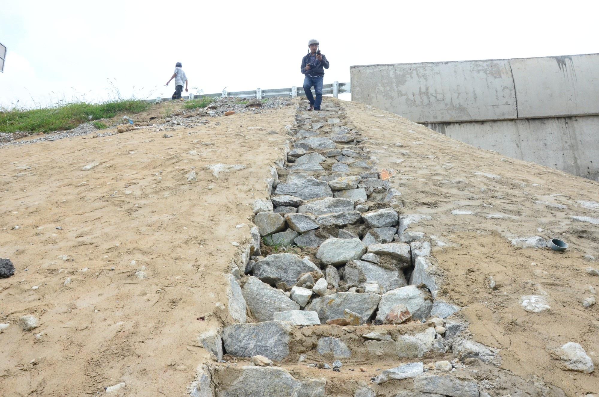 Cao tốc Đà Nẵng - Quảng Ngãi: Bê tông mái taluy vỡ vụn - Ảnh 4.
