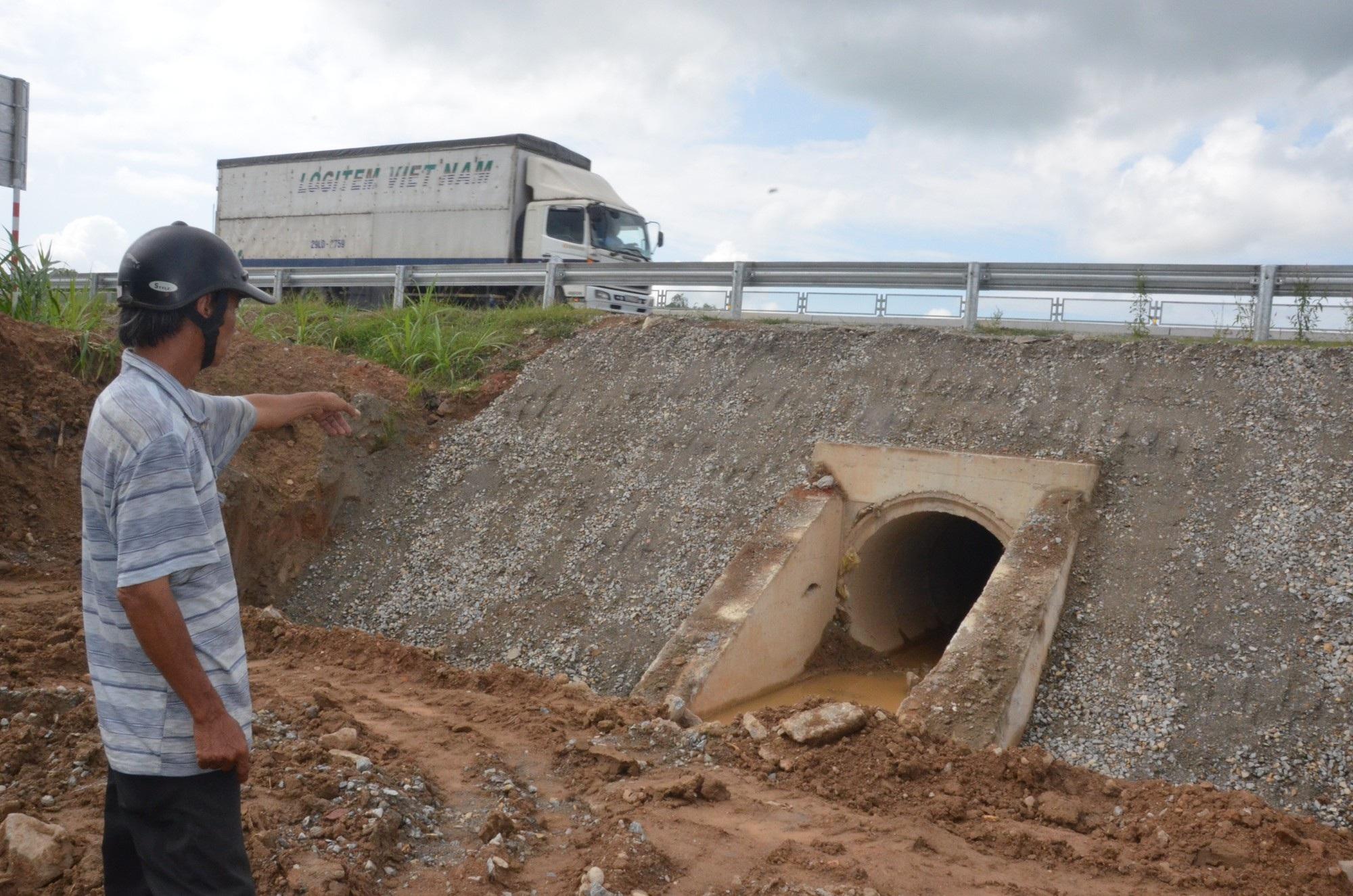 Cao tốc Đà Nẵng - Quảng Ngãi: Bê tông mái taluy vỡ vụn - Ảnh 5.