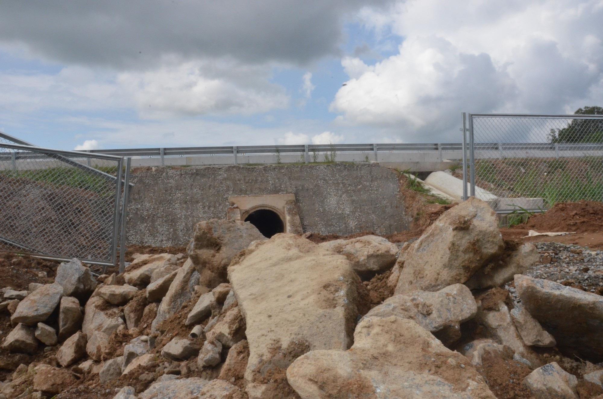 Cao tốc Đà Nẵng - Quảng Ngãi: Bê tông mái taluy vỡ vụn - Ảnh 6.