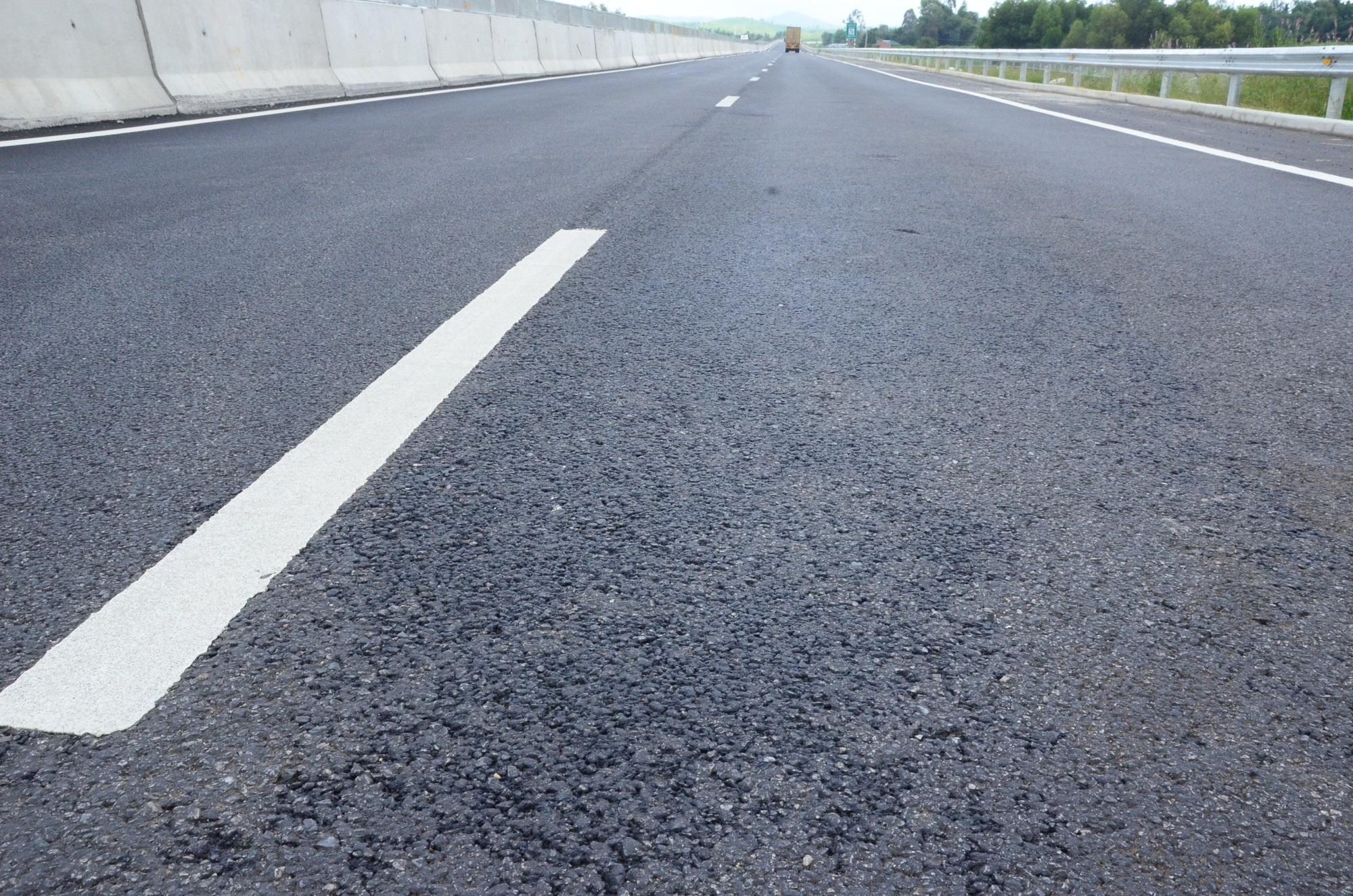 Cao tốc Đà Nẵng - Quảng Ngãi: Bê tông mái taluy vỡ vụn - Ảnh 8.