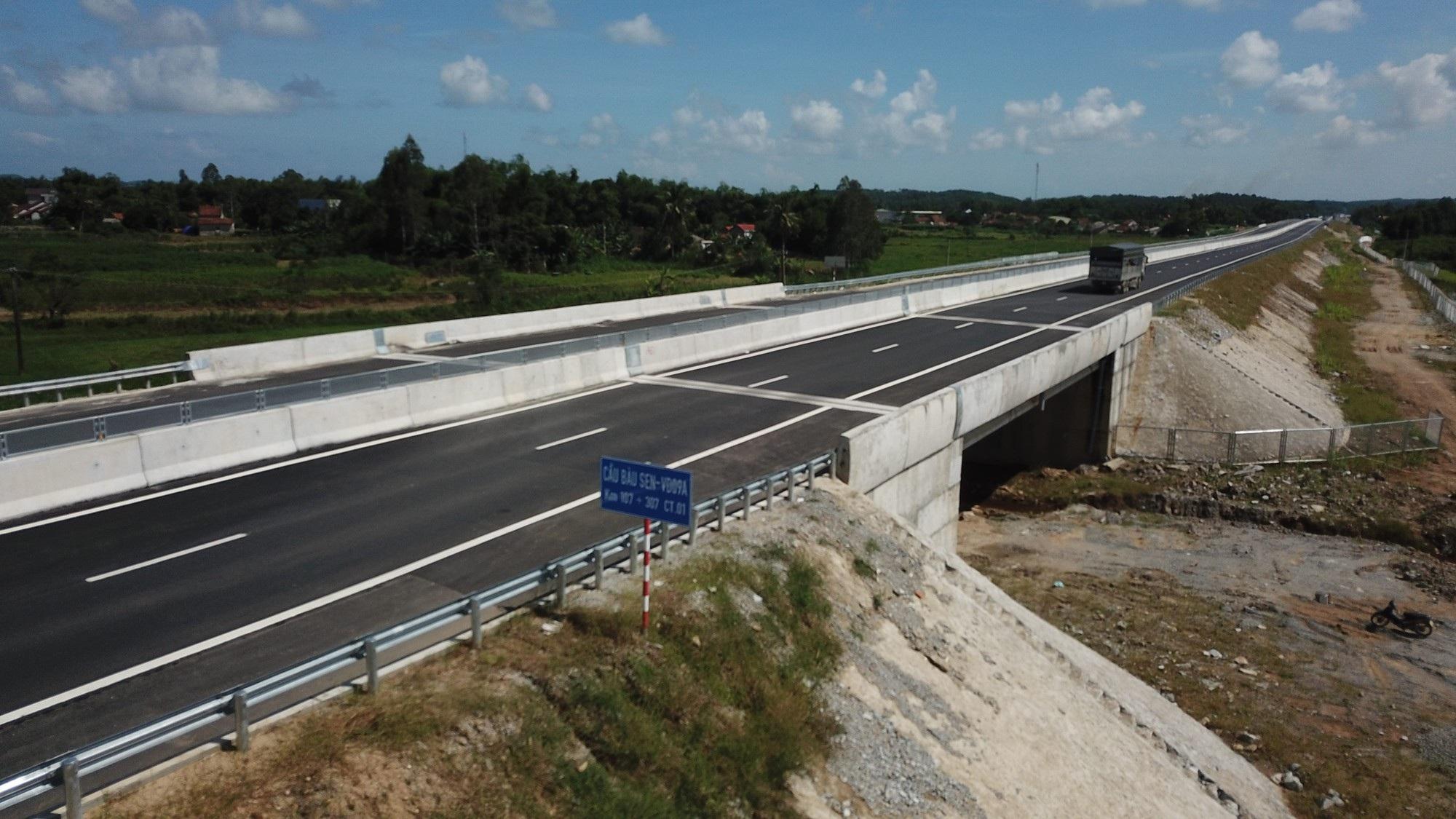 Cao tốc Đà Nẵng - Quảng Ngãi: Bê tông mái taluy vỡ vụn - Ảnh 10.