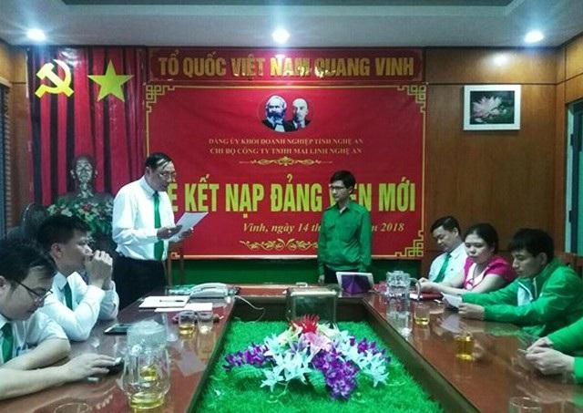 Lễ kết nạp đảng viên mới tại một công ty tư nhân trên địa bàn thành phố Vinh. Ảnh: Khánh Hồng