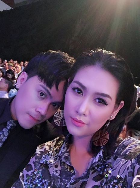 Hà Hương vô cùng sang trọng và sắc sảo với chiếc đầm ánh kim cùng kiểu make-up khoe được vẻ đẹp cá tính của mình. Bên cạnh cô là nam MC VTV Thái Dũng.