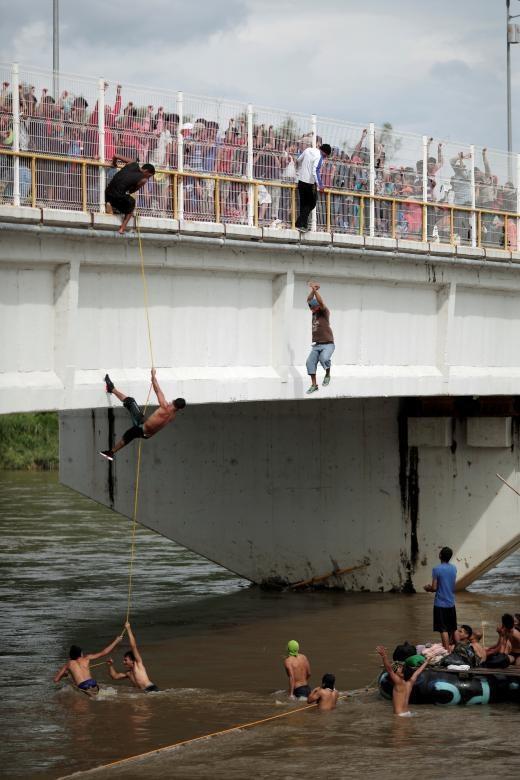 Những người Honduras tìm mọi cách để vượt qua hành trình tị nạn. (Ảnh: Reuters)