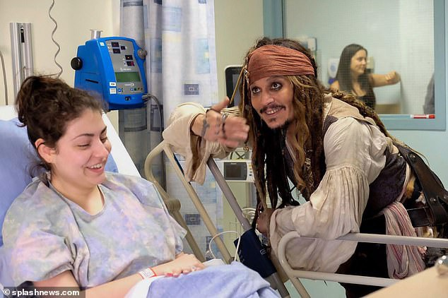 Johnny Depp hóa trang thành thuyền trưởng Jack Sparrow tới thăm fan trong bệnh viện