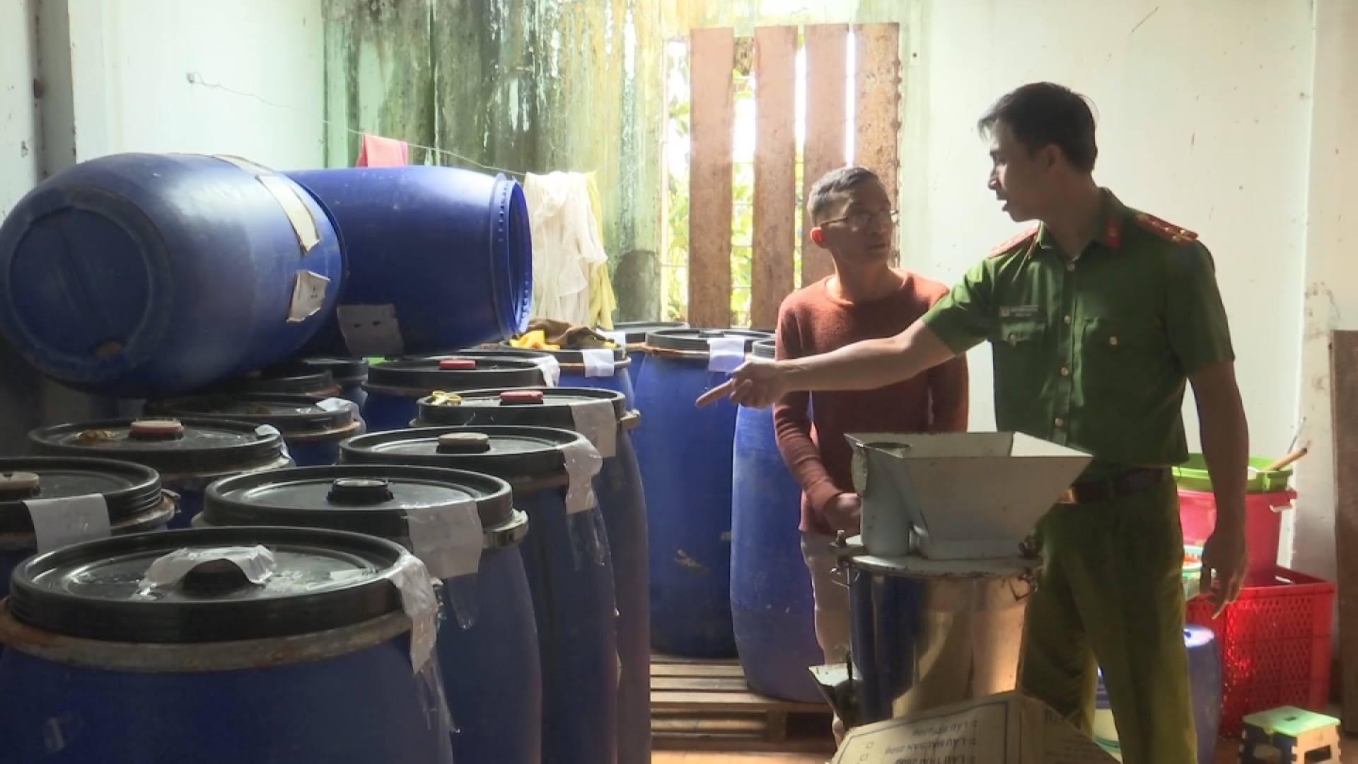 Phát hiện hàng trăm lít ớt xay và phụ gia hết hạn tại cơ sở chế biến thực phẩm - Ảnh 1.