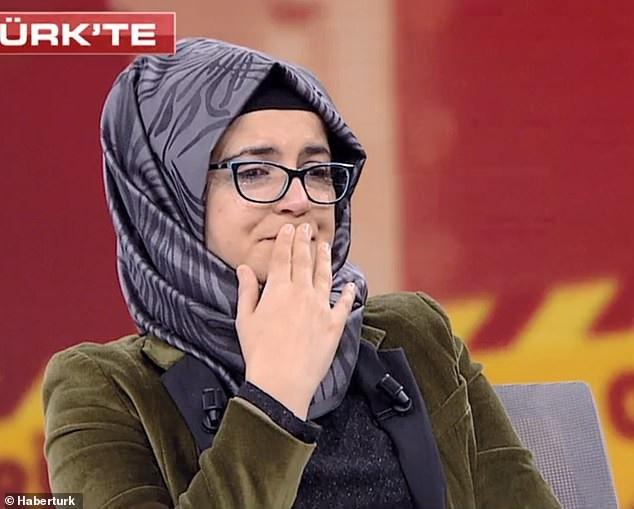 Bà Hatice Cengiz trong khóc trong cuộc phỏng vấn trên truyền hình ngày 26/10 (Ảnh: Dailymail)