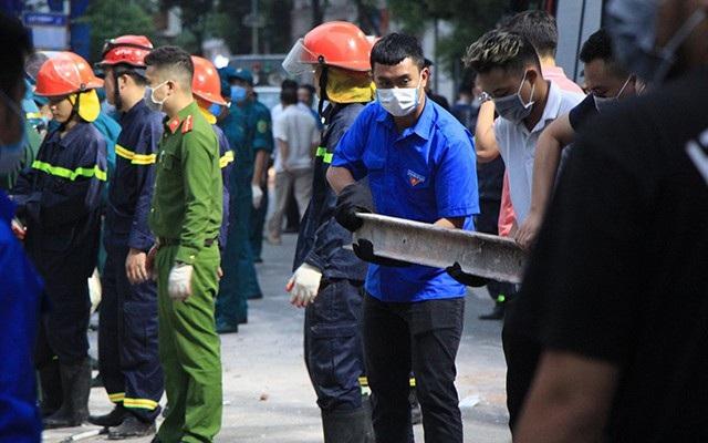 Ngoài lực lượng công an, bộ đội, quận Hoàn Kiếm huy động hàng trăm thanh niên đến hiện trường