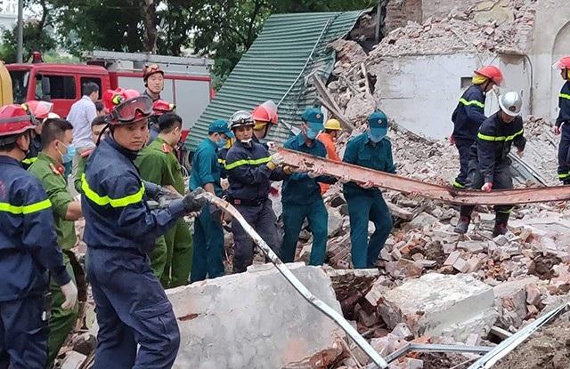 Hàng trăm công an lật từng viên gạch cứu hộ nhà bị sập đối diện hồ Gươm - 9