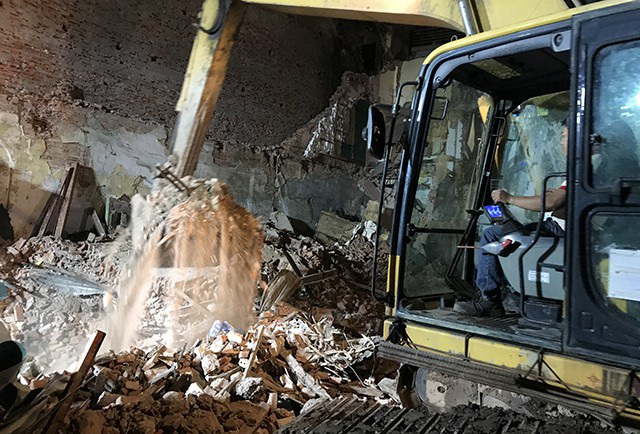 Hàng trăm công an lật từng viên gạch cứu hộ nhà bị sập đối diện hồ Gươm - 4