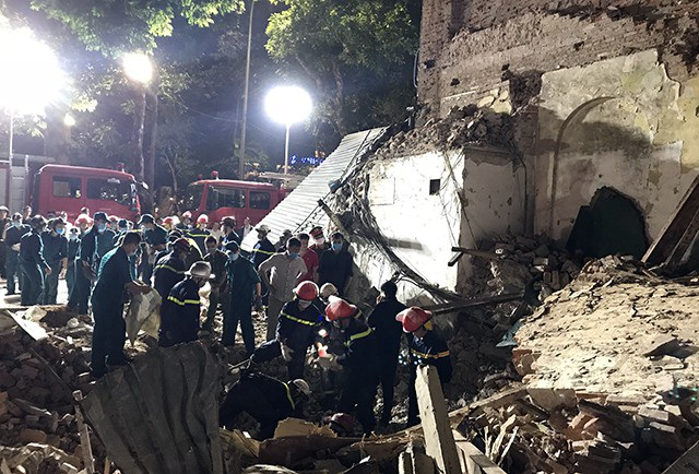 Hơn 18h tối nay, lực lượng cứu hộ vẫn có mặt tại hiện trường dùng cuốc, xẻng đào bới để xác định cụ thể xem có người gặp nạn sau vụ sập hay không.