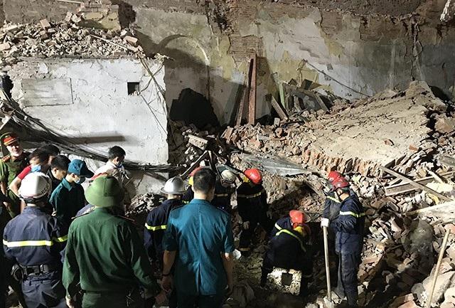 Lực lượng cứu hộ tiến vào trong hiện trường nhà sập đào bới đất, gạch chuyển ra ngoài