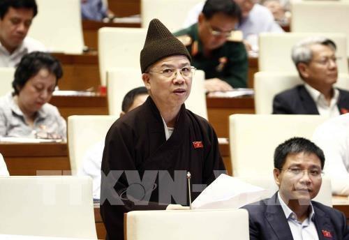 Thượng tọa Thích Thanh Quyết, đại biểu Quốc hội tỉnh Quảng Ninh phát biểu. Ảnh: Văn Điệp – TTXVN