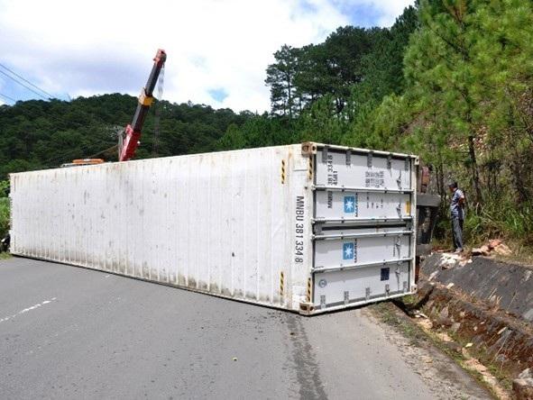 Hiện trường vụ tai nạn rơ móc xe container lật chắn ngang đường