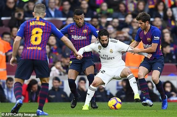 Isco trong vòng vây của các cầu thủ Barcelona