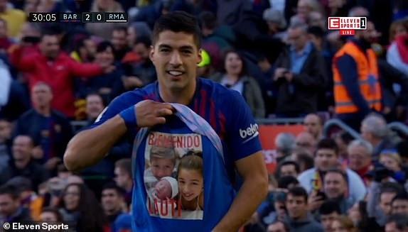 Luis Suarez ăn mừng bàn thắng nâng tỷ số lên 2-0 cho Barcelona