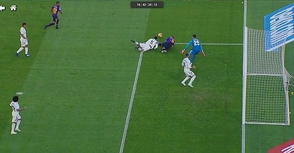 Tình huống Varane phạm lỗi với Suarez khiến Real Madrid chịu quả phạt đền