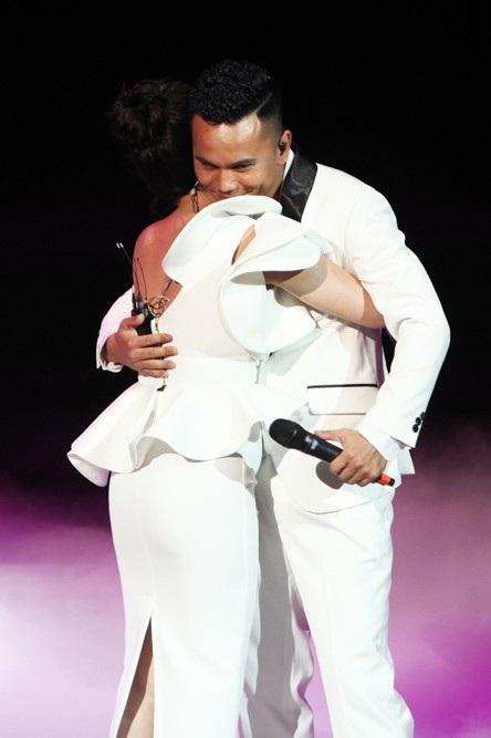 Tú Dưa ôm chặt Lam Trang và gửi lời cảm ơn người vợ bé nhỏ ngay trên sân khấu. Cũng trong đêm nhạc, anh gửi lời cảm ơn bố mẹ vợ vì đã chấp nhận anh làm con rể, trao niềm hạnh phúc trọn vẹn cho anh...