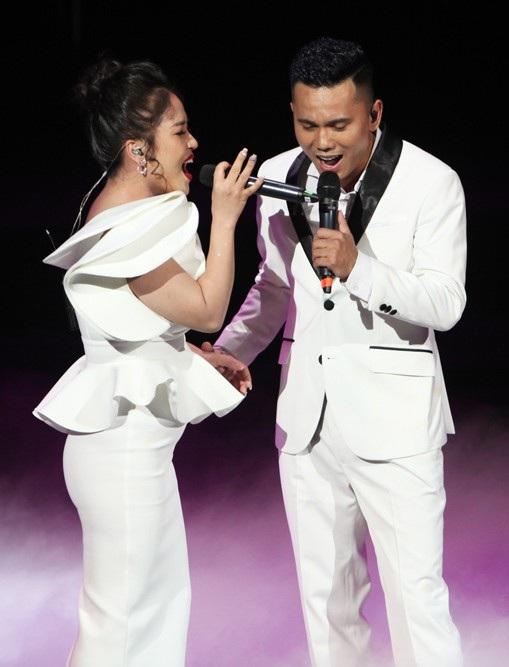 """Lam Trang, bà xã Tú Dưa song ca cùng chồng """"Về với em"""", """"Quá yêu"""""""