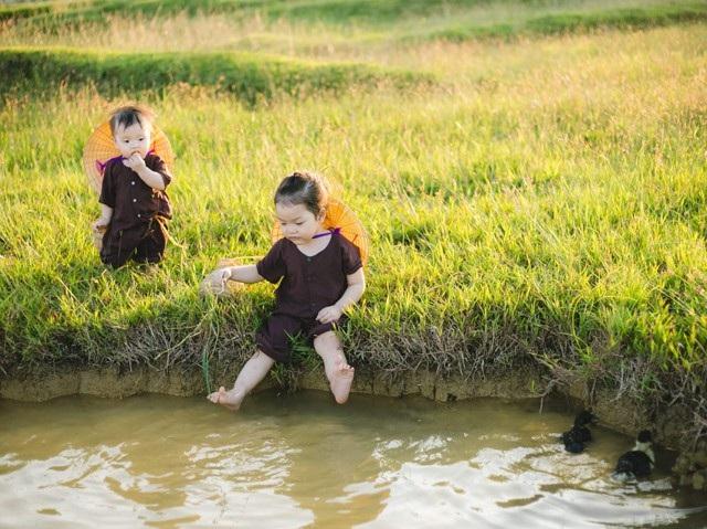 Tận hưởng không khí thanh bình của đồng quê trong ánh chiều tà bên hồ nước mát lạnh cùng những chú vịt xinh xắn tung tăng bơi lội.