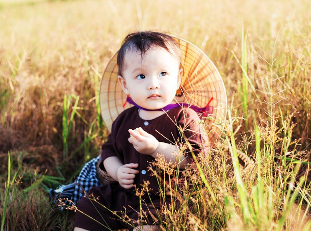 Bộ ảnh được vợ chồng chị Trần Thị Xanh (trú TP Vinh, Nghệ An) chụp nhân dịp bé Hoàng Ngân (tên gọi ở nhà là Tôm) - cô con gái thứ 2 tròn 1 tuổi.