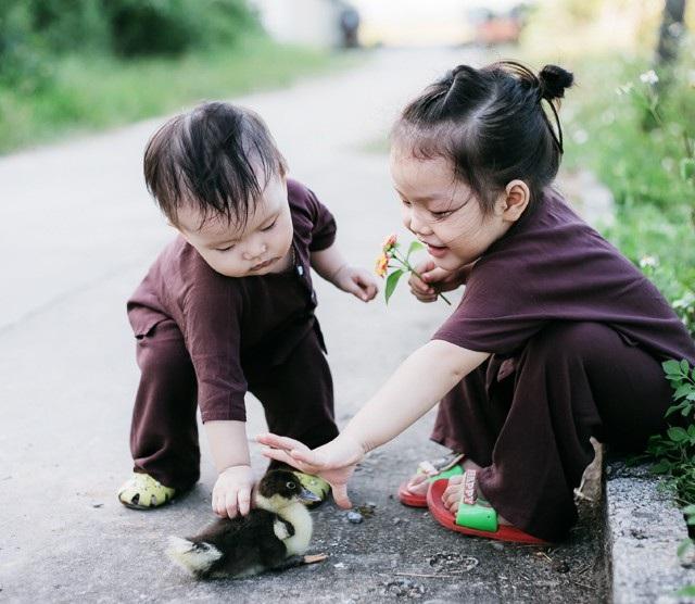 Chị em Bống, Tôm mải mê khám phá thể giới xung quanh. Được vui đùa với một chú vịt con xinh xắn - điều mà ở phố, hai cô bé hiếm có cơ hội nhìn thấy.