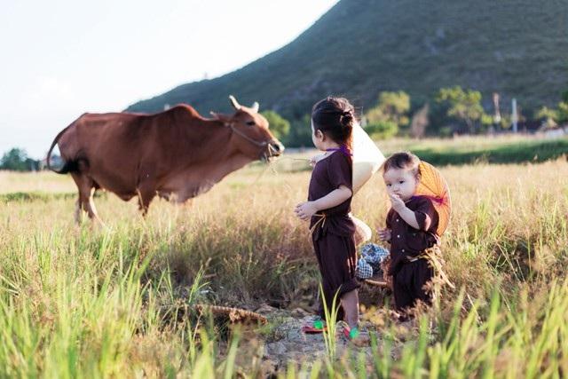 """Cực đáng yêu bộ ảnh """"dắt nhau ra đồng"""" của hai bé gái xứ Nghệ - 1"""