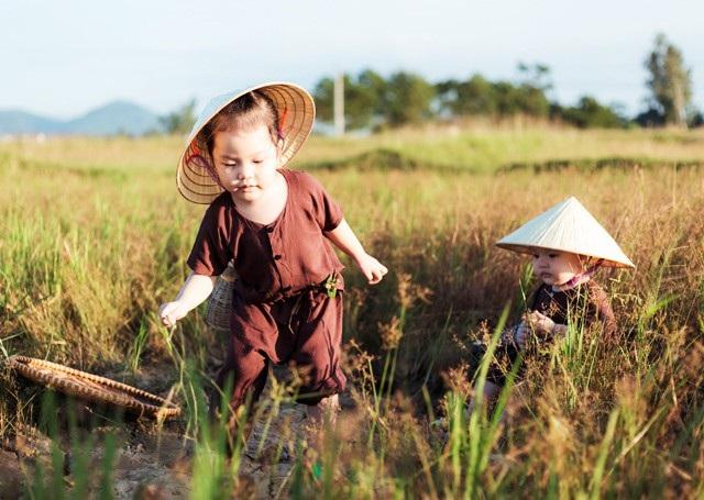 Trong bộ quần áo nâu đất chân chất quê mùa, chiếc nón nhỏ đội đầu, hai cô bé thành thị hóa thành hai cô Tấm cùng chăn trâu, cắt cỏ.