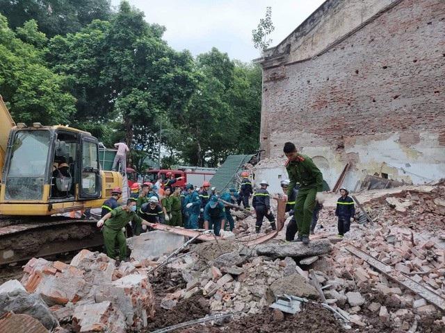 Ngôi nhà 32 Lê Thái Tổ - nằm đối diện hồ Hoàn Kiếm bị sập khiến hàng trăm người ở phố đi bộ hoảng loạn. Sự việc không gây thiệt hại về người, nhưng những gia đình xung quanh lo lắng cho việc bảo đảm an toàn công trình cũ, khi một khách sạn đang trong được xây dựng tại đây. (Ảnh: Quang Phong)
