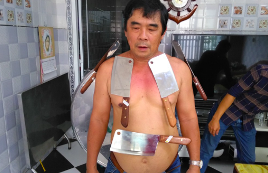 Người đàn ông trung niên ở Tiền Giang có khả năng kỳ lạ là hút đá, thủy tinh, kim loại dính trên người như nam châm. Thậm chí, khi ông di chuyển, các vật bị hút vẫn không rơi xuống. (Ảnh: Nguyễn Vinh)