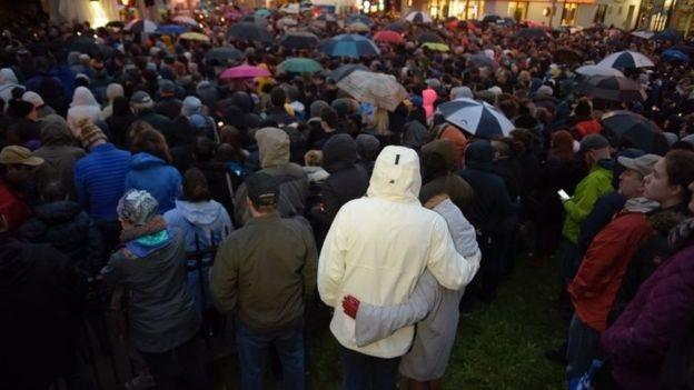 Hàng trăm người cầu nguyện cho các nạn nhân (Ảnh: AFP)