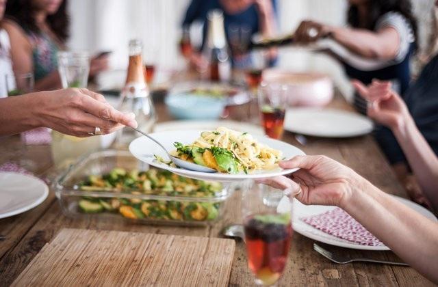 8 mẹo giúp kiềm chế việc ăn quá nhiều - Ảnh 1.