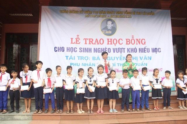 Trao học bổng của bà Nguyễn Thị Vân tài trợ nhân kỷ niệm 110 năm ngày sinh cố Tổng Bí thư Lê Duẩn, tại xã Triệu Thành, huyện Triệu Phong.