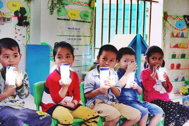 Sữa học đường giúp phụ huynh giảm chi phí nhưng vẫn cho con được uống sữa tốt ở trường (Ảnh minh họa)