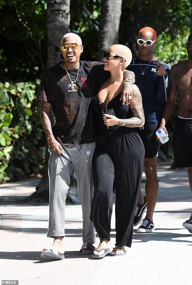 Amber Rose hạnh phúc bên bạn trai mới Alexander Edwards trên bãi biển Miami, Florida, Mỹ ngày 28/10 vừa qua