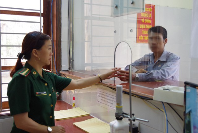 Quân y Bệnh xá Tiểu khu 50, BĐBP Nghệ An cấp Methadone cho người nghiện ma túy.