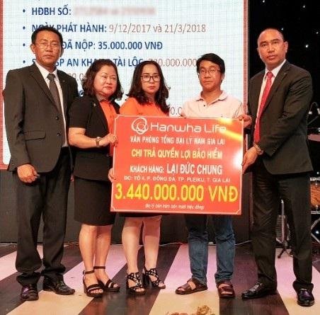 Hanwha Life Việt Nam chi trả gần 5 tỉ đồng quyền lợi bảo hiểm cho khách hàng tại Gia Lai - 1