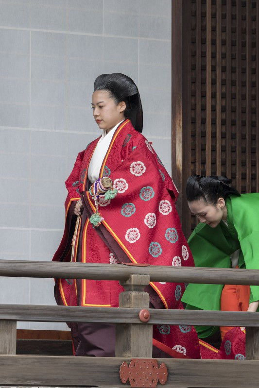 """Vào buổi sáng cùng ngày, cô thực hiện nghi lễ mang tên:"""" Kashikodokoro-koreiden-shinden-ni-essuru-no-gi"""" nhằm từ biệt tổ tiên gia đình Hoàng gia. Cô mặc trang phục truyền thống màu đỏ và đi lễ tại 3 khu vực linh thiêng trong cung điện Hoàng gia gồm Kashikodokoro, Koreiden và Shinden."""