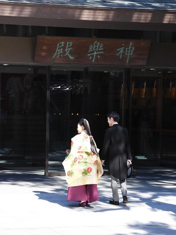 """Phụ nữ khi gả vào Hoàng gia Nhật Bản sẽ trở thành thành viên hoàng tộc, nhưng với những thành viên Hoàng gia chọn cưới dân thường, họ sẽ mất đi địa vị. Ngày 26/10, Công chúa Ayako đã thực hiện nghi lễ """"Choken-no-Gi"""" chào tạm biệt Nhật Hoàng Akihito và Hoàng hậu Michiko trước khi kết hôn. Cô mặc một chiếc váy trắng kiểu Phương Tây và đội vương miện."""