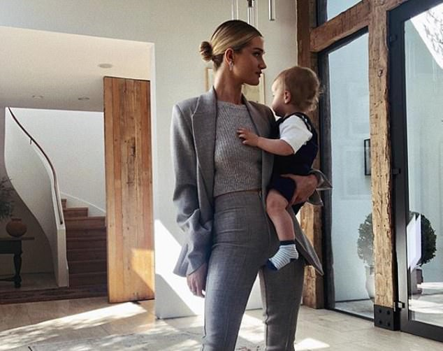 Người mẫu Rosie Huntington-Whiteley bên con trai