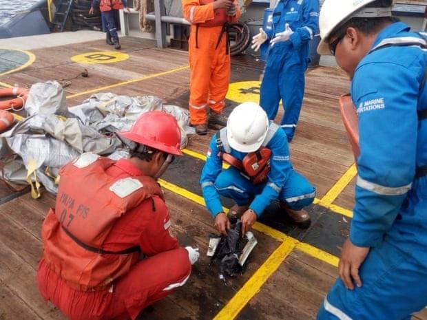 Lực lượng cứu hộ tìm thấy các mảnh vỡ và vật dụng của hành khách trên chiếc máy bay xấu số. (Ảnh: Twitter)