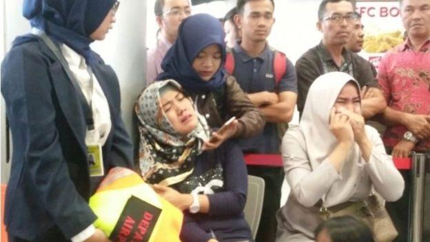 Người thân lo lắng chờ tin ở sân bay Pangkal Pinang. (Ảnh: Reuters)