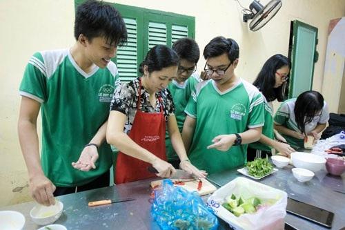 Học sinh Trường THPT Lê Quý Đôn (TP HCM) trong giờ học nghề nấu ăn. (Ảnh: Hoàng Triều)