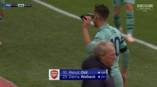 Cầu thủ này giận dữ ném thẳng găng tay xuống sân