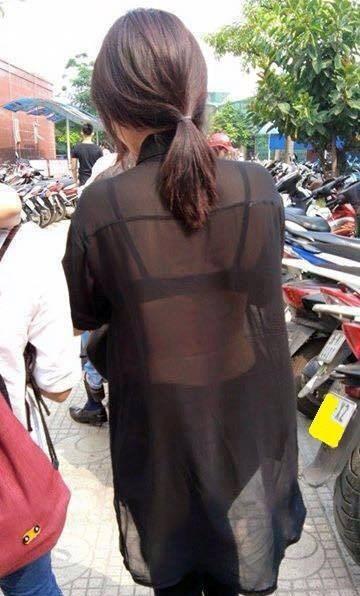 Một bức ảnh nữ sinh mặc áo xuyên thấu đến trường được chia sẻ trên mạng xã hội